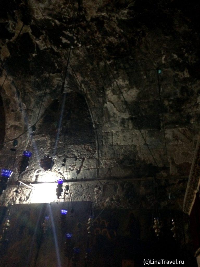 Закопченные потолок, стены и иконы в гробнице Девы Марии в Иерусалиме