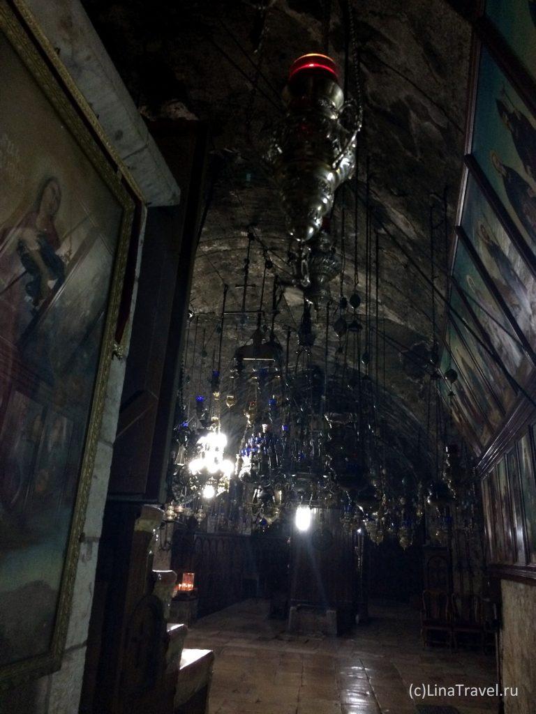 Иконы и лампады около кувуклии Девы Марии в Иерусалиме
