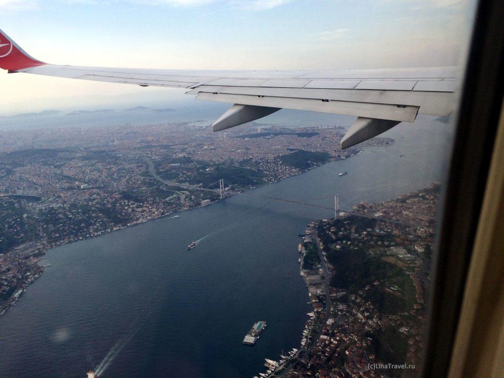 Вид на Босфорский мост из иллюминатора самолета Turkish airlines