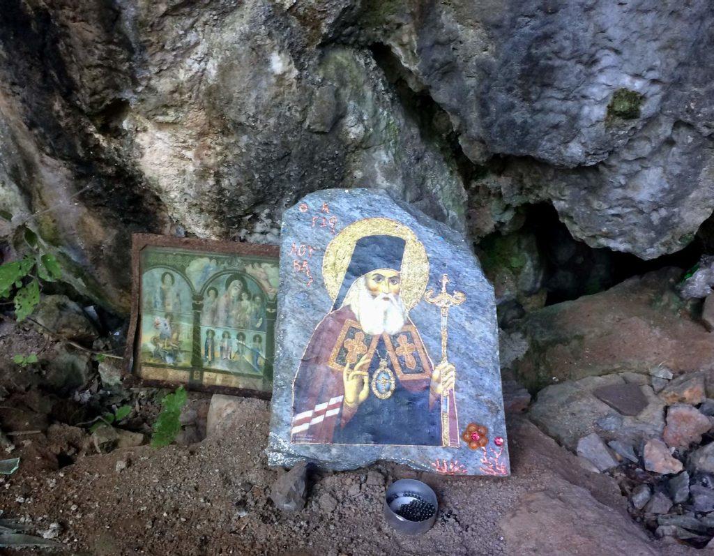 Иконы на входе в пещеру Св. Параскевы на Крите