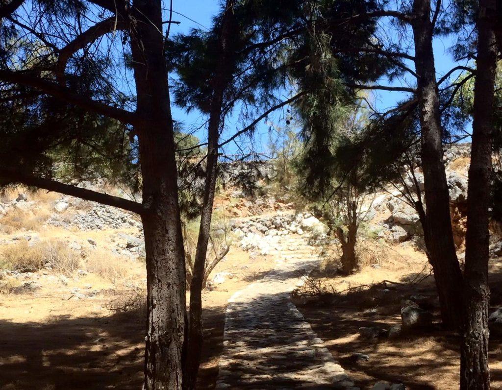 Тропинка ко входу в пещеру Св. Параскевы (St. Paraskevi cave) на Крите