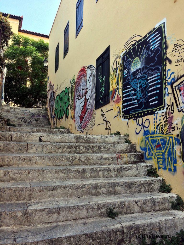 Графити на стене дома в районе Плака в Афинах