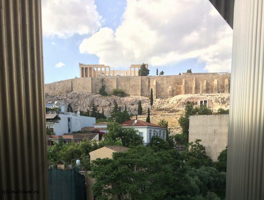 Вид на Парфенон из окна музея Акрополя в Афинах