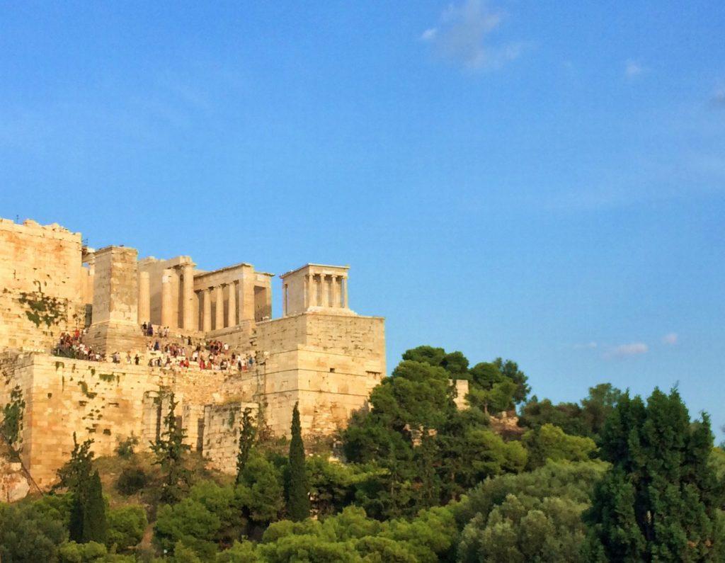 Пропилеи и храм Ники Аптерос на Акропольском холме в Афинах