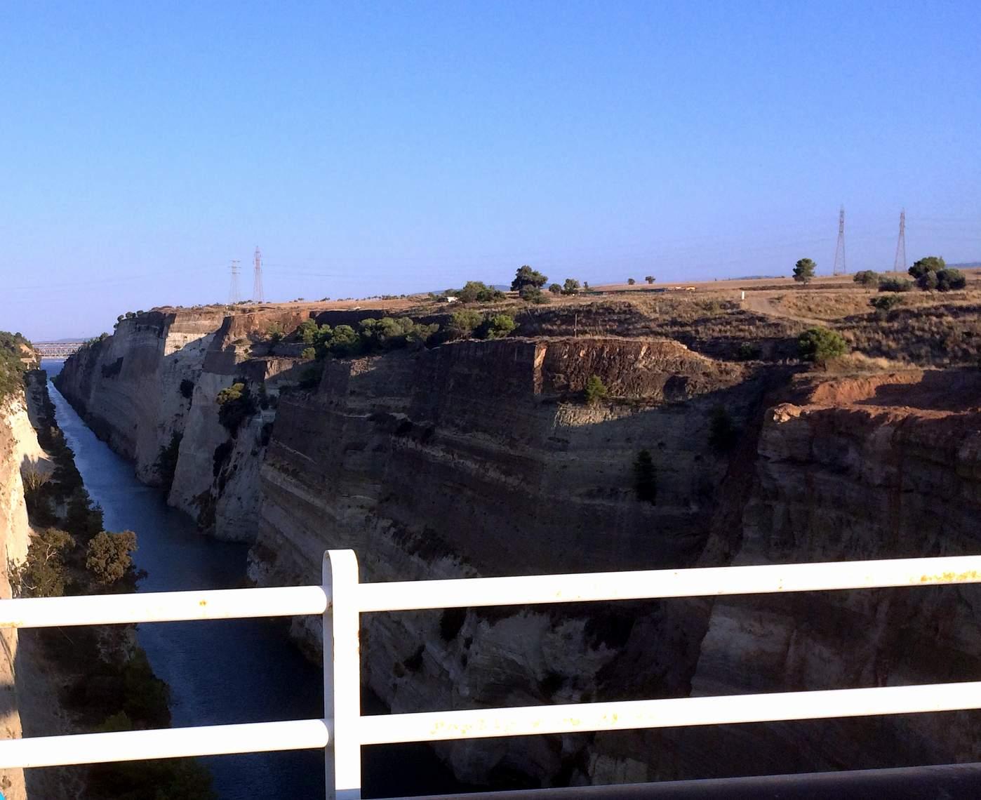Вид на Коринфский канал с пешеходного моста